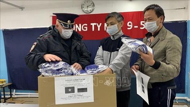 Des Vietnamiens en Russie presentent des masques aux habitants hinh anh 1