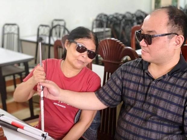 Plus de 600 cannes blanches offertes aux malvoyants a Hanoi hinh anh 1