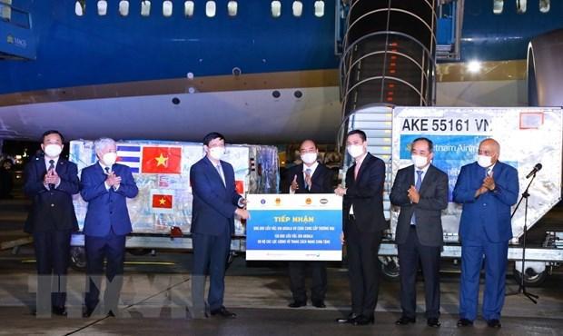 Le president Nguyen Xuan Phuc a la ceremonie de remise des vaccins apres sa tournee a l'etranger hinh anh 1