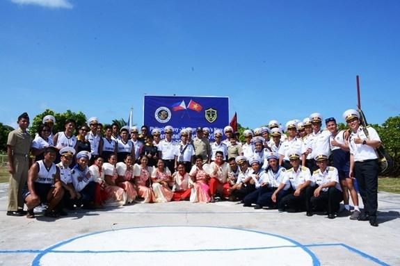 Les marines vietnamienne et philippine se rencontrent sur l'ile de Song Tu Dong hinh anh 1