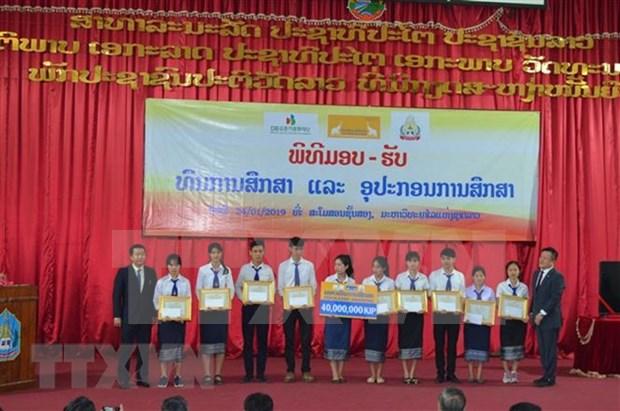 La compagnie d'assurance LAP remet des bourses a des etudiants laotiens hinh anh 1