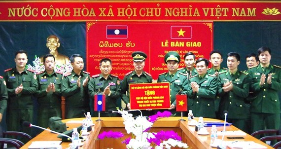Le Vietnam offre des equipements a la force de gardes-frontieres du Laos hinh anh 1