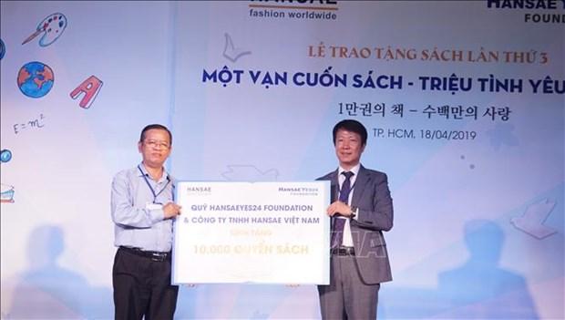 Remise de 10.000 livres a des eleves d'ecoles primaires de Ho Chi Minh-Ville hinh anh 1