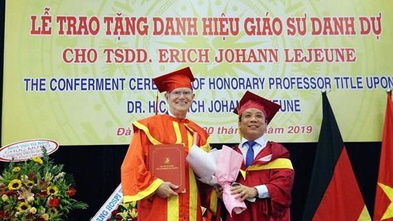 Remise du titre de professeur honoraire au president de l'Association « Cœur pour cœur » hinh anh 1