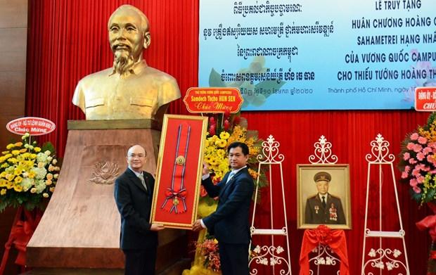 Le Cambodge remet l'Ordre royal du Sahametrei a un officier vietnamien hinh anh 1