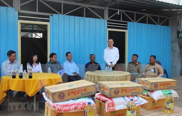 Des familles cambodgiennes d'origine vietnamienne recoivent de nouvelles maisons hinh anh 1