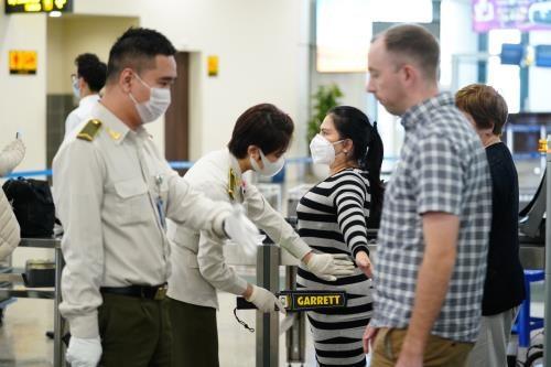 COVID-19: les aeroports de Noi Bai et Tan Son Nhat s'arretent de recueillir des vols de R.de Coree hinh anh 1