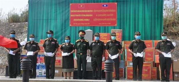 COVID-19 : dons pour des Vietnamiens au Cambodge et des militaires au Laos hinh anh 1
