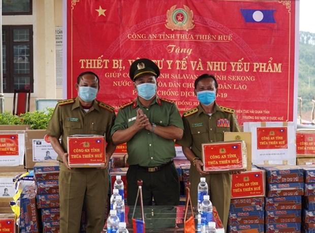 Le Vietnam remet des equipements medicaux au Laos pour lutter contre le COVID-19 hinh anh 1