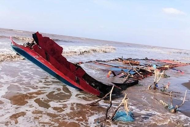 Sauver trois pecheurs indonesiens en detresse dans les eaux de Soc Trang hinh anh 1