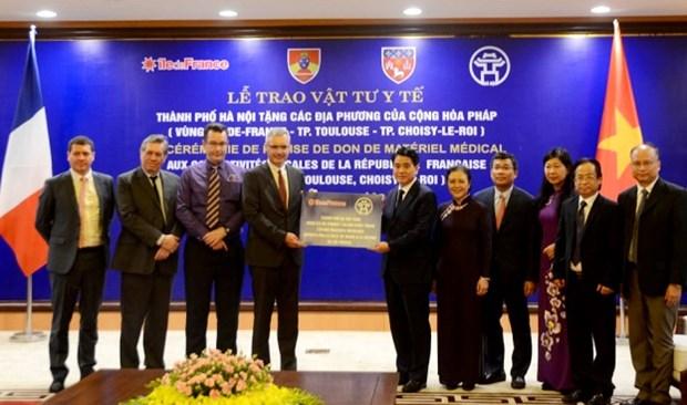 COVID-19: le Vietnam remet des equipements medicaux a des localites francaises hinh anh 1