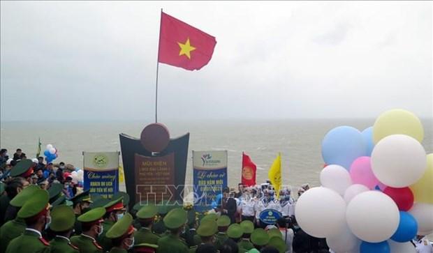 Ceremonie de salut au drapeau national et d'accueil des premiers touristes de 2021 a l'extreme-Est hinh anh 1