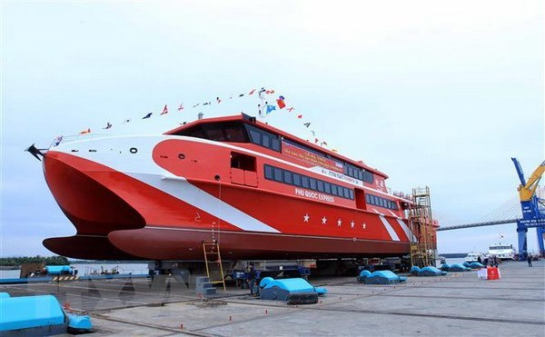 Mise a flot d'un bateau moderne pour faciliter l'acces a Con Dao hinh anh 1