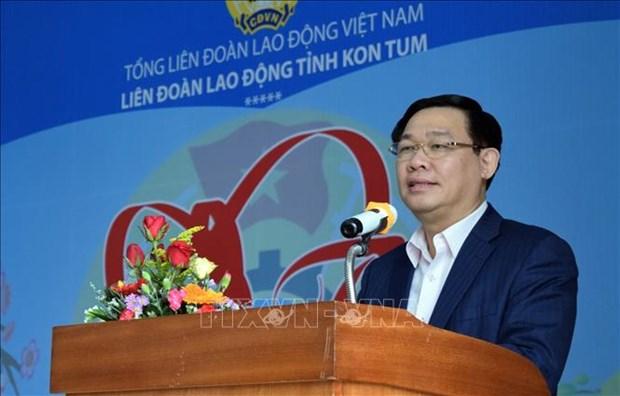 Le vice-PM Vuong Dinh Hue rend visite a des travailleurs a Kon Tum hinh anh 1