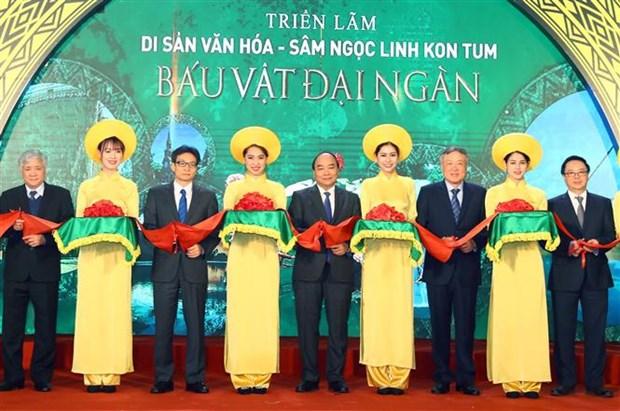 Le PM assiste a une exposition sur les patrimoines et le ginseng de Ngoc Linh de Kon Tum hinh anh 1