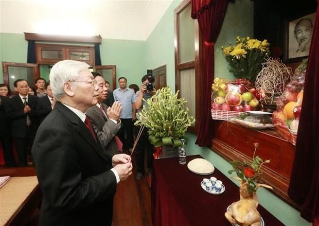 Le secretaire general du Parti et president Nguyen Phu Trong rend hommage au President Ho Chi Minh hinh anh 1