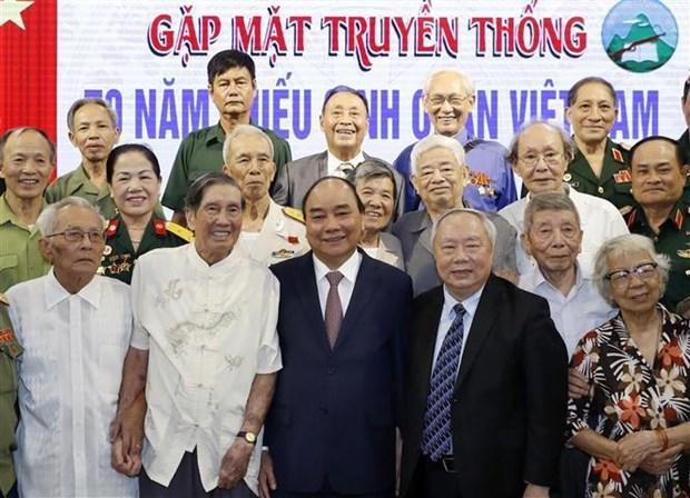 Le Premier ministre rencontre d'anciens enfants de troupe hinh anh 1