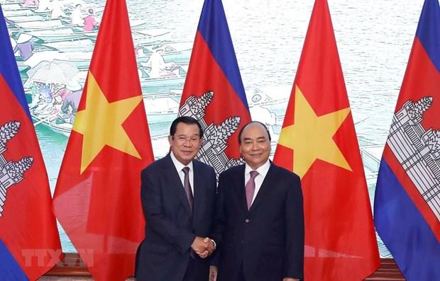 Le Premier ministre Nguyen Xuan Phuc s'entretient avec son homologue cambodgien Hun Sen hinh anh 1