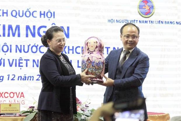 La presidente de l'Assemblee nationale rencontre des Vietnamiens en Russie hinh anh 1