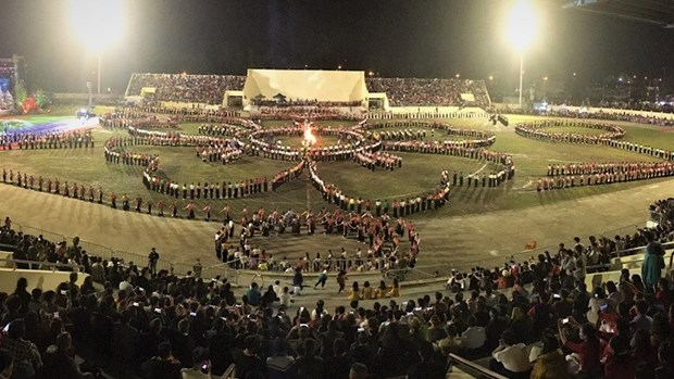 Le festival culturel et touristique de Muong Lo presente la danse Xoe Thai hinh anh 1