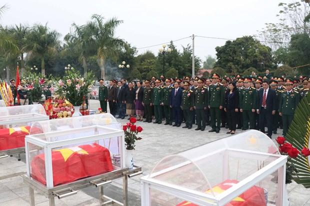 Dien Bien : Inhumation des restes de 15 soldats tombes au Laos hinh anh 1