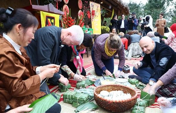 Tet : des ambassadeurs etrangers explorent la culture traditionnelle vietnamienne hinh anh 1