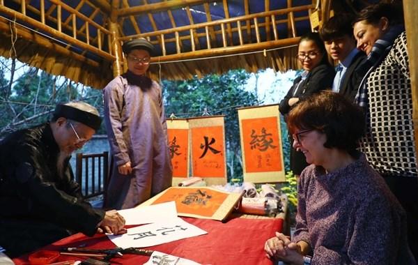 Tet : des ambassadeurs etrangers explorent la culture traditionnelle vietnamienne hinh anh 2