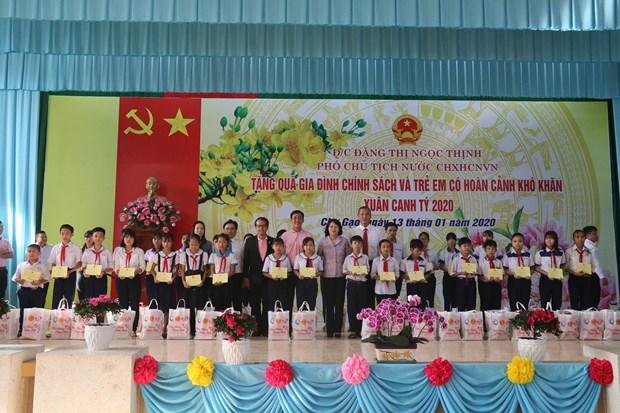 Tet : des dirigeants rendent visite aux personnes demunies dans le Sud hinh anh 1