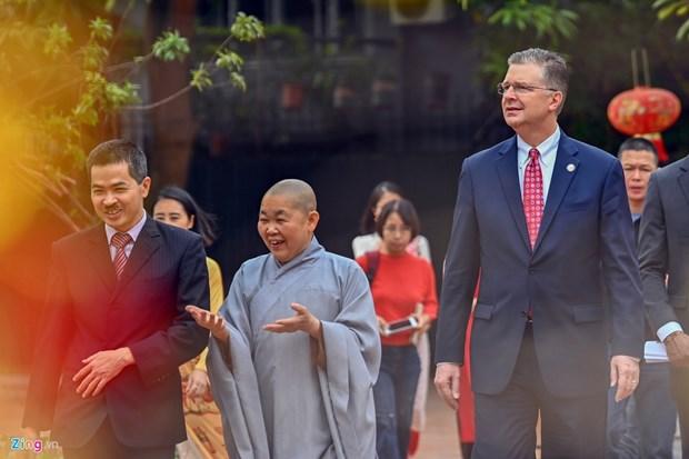 L'ambassadeur americain relache des carpes pour faire ses adieux aux Genies du Foyer hinh anh 2