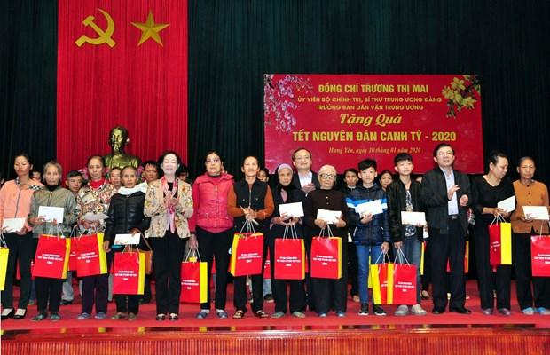 Des fonctionnaires formulent leurs vœux du Tet et presentent des cadeaux aux personnes defavorisees hinh anh 2