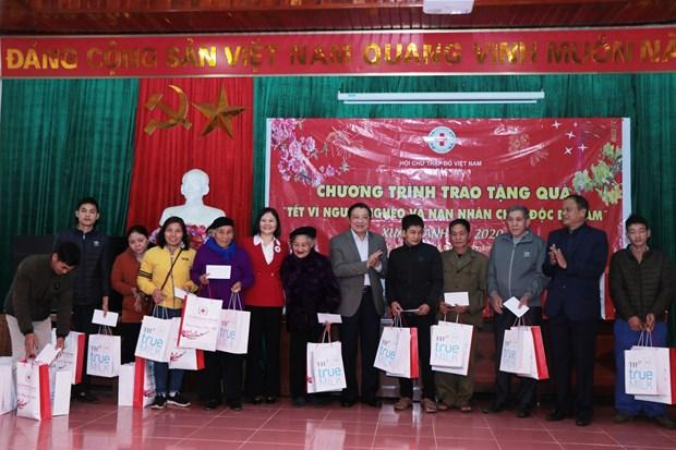 Des fonctionnaires formulent leurs vœux du Tet et presentent des cadeaux aux personnes defavorisees hinh anh 3