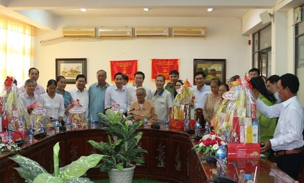 Tet: Des cadeaux offerts aux familles meritantes de la province de Dong Nai (Sud) hinh anh 1