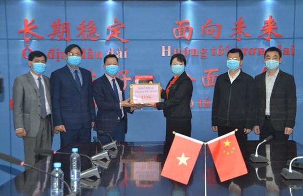 COVID-19 : La ville de Mong Cai accorde une aide en materiel medical a la ville de Dongxing (Chine) hinh anh 1