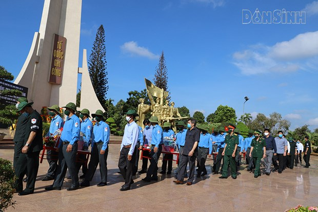Les restes de 13 soldats volontaires inhumes a Dak Lak hinh anh 1