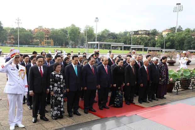 Les hauts dirigeants rendent hommage au President Ho Chi Minh a l'occasion de son 130e anniversaire hinh anh 1