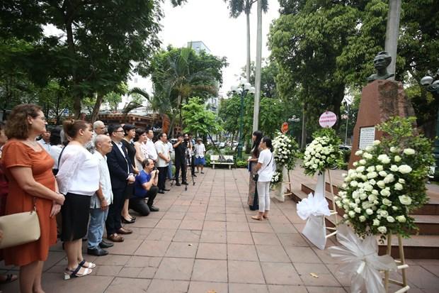 Ceremonie d'offrande de fleurs au Heros national cubain Jose Marti a Hanoi hinh anh 1