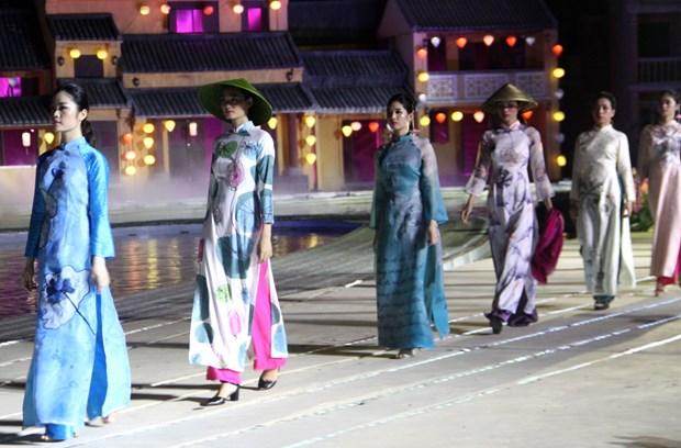 La fete de l'Ao dai Hoi An-beaux paysages du Vietnam seduit des visiteurs a Hoi An (Quang Nam) hinh anh 1