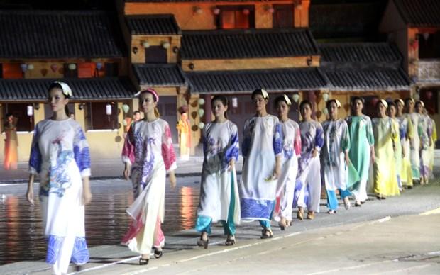 La fete de l'Ao dai Hoi An-beaux paysages du Vietnam seduit des visiteurs a Hoi An (Quang Nam) hinh anh 2