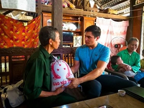 Un enseignant americain et son voyage d'allumer des bougies au Vietnam hinh anh 1
