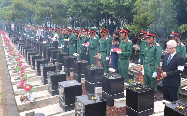 Binh Phuoc : Inhumation des restes de 10 soldats volontaires vietnamiens hinh anh 1