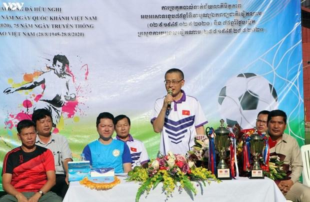 75e anniversaire de la Fete nationale: Ouverture d'un tournoi de football amical au Cambodge hinh anh 2