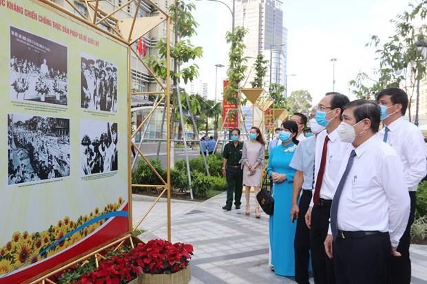 HCM-Ville : exposition de photos pour marquer la Revolution d'Aout et la Fete nationale hinh anh 2
