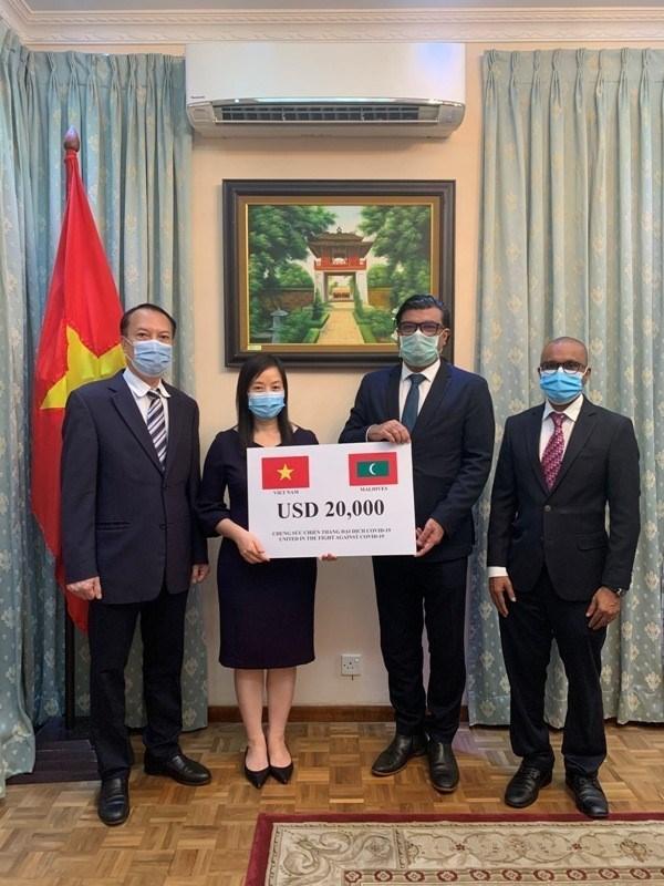COVID-19 : le Vietnam fait don de 20.000 dollars aux Maldives hinh anh 1
