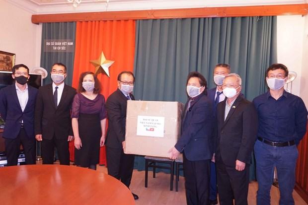 COVID-19 : Don de masques medicaux a la communaute des Vietnamiens en R. tcheque hinh anh 1