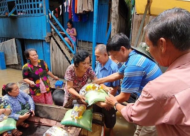 Aide d'urgence aux personnes d'origine vietnamienne touchees par des inondations au Cambodge hinh anh 1