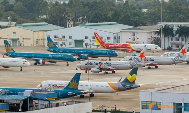 Report et annulation de nombreux vols en raison du typhon Molave hinh anh 1