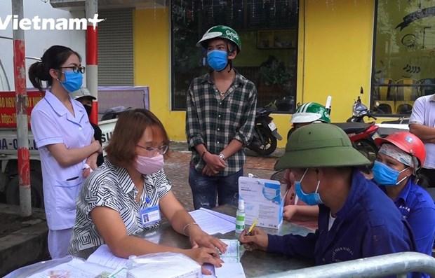 COVID-19: sanctions pour le non port du masque de protection en public a Hanoi hinh anh 1