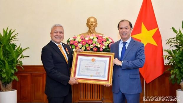 Remise de l'Ordre de l'Amitie a l'ambassadeur d'Indonesie au Vietnam hinh anh 1