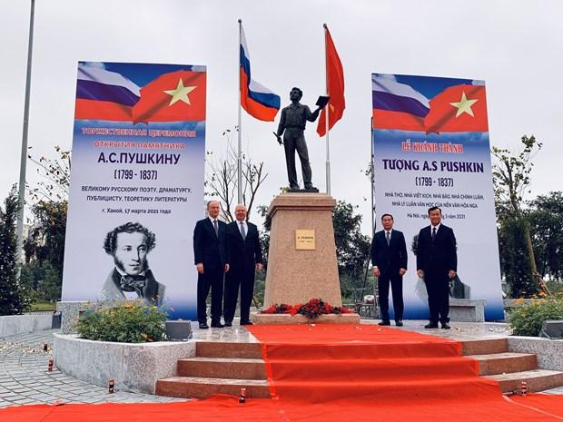 Inauguration de la statue du grand poete russe Pouchkine a Hanoi hinh anh 1