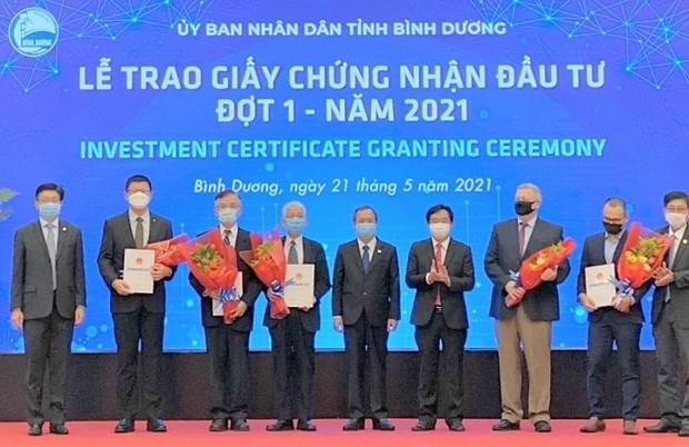 Binh Duong delivre les certificats d'investissement a cinq projets d'investissement etrangers hinh anh 2